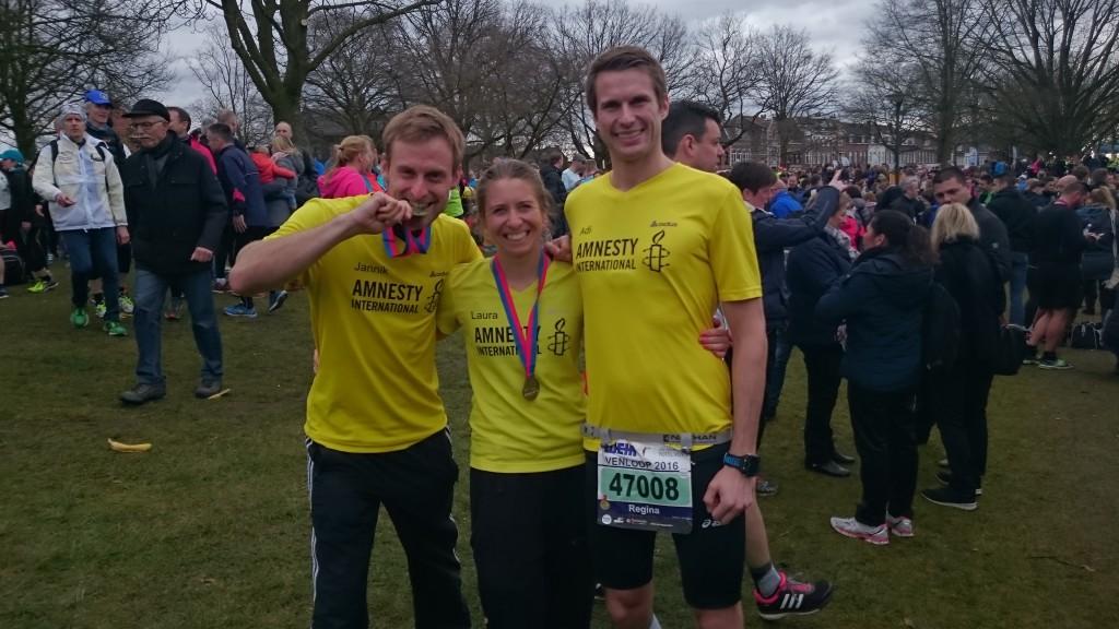 Jannik, Laura und Adi in ihren Shirts - kurz vor Start des Halbmarathons